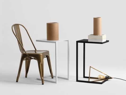 Schwarzer und weißer Beistelltisch mit Stuhl und Vase