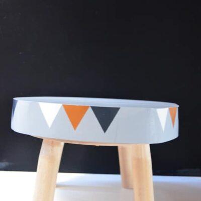 Ein buntes Tischchen für Kinder mit niedriger Tischplattenhöhe