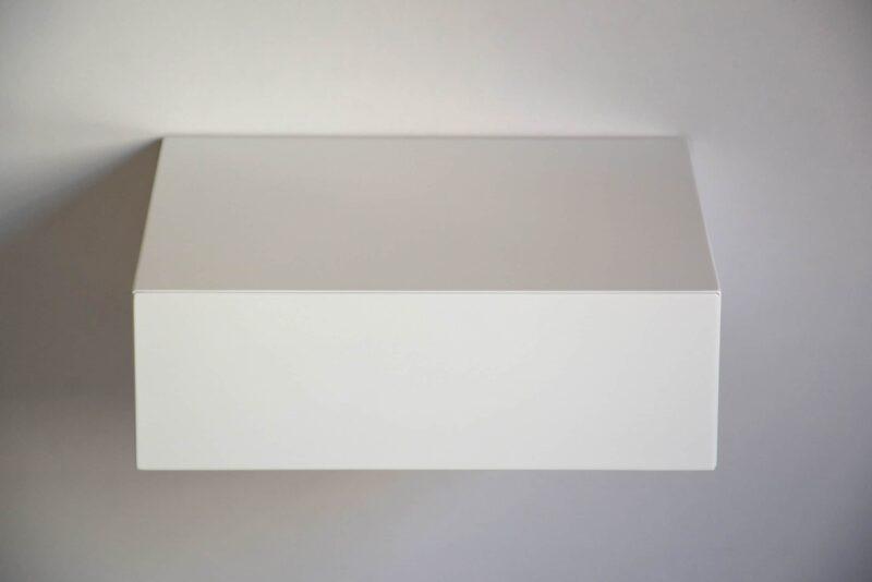 Minimalistischer schwebender Nachttisch mit weißer Front von vorne