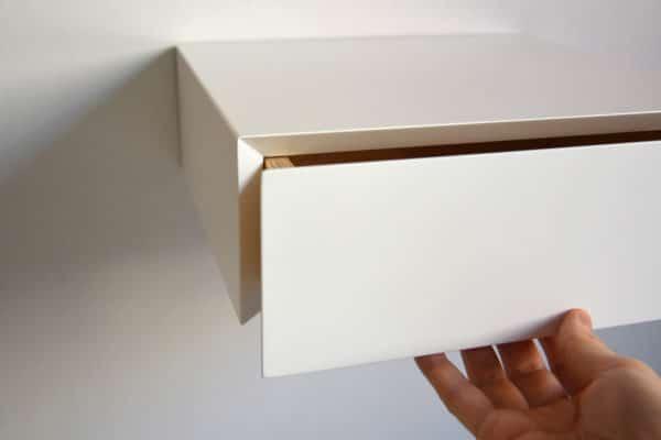 Schwebender weißer Nachttisch mit weißer Front - an der Wand hängend