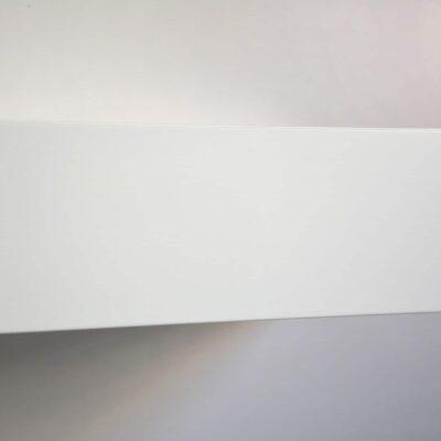 Minimalistischer schwebender Nachttisch mit weißer Front