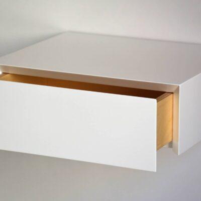 Minimalistischer schwebender Nachttisch mit weißer Fronte