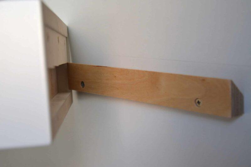 Montage an der Wand für schwebende Nachttische und Schminktische mit French Cleat