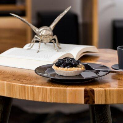 Couchtisch Venus 55 mit Kuchen und Kaffee
