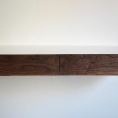 Schmale Schubladen weißer Schminkkommode aus Holz
