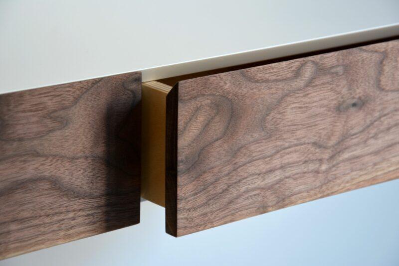 Schubladen in Details von einem Wandschminktisch aus Holz